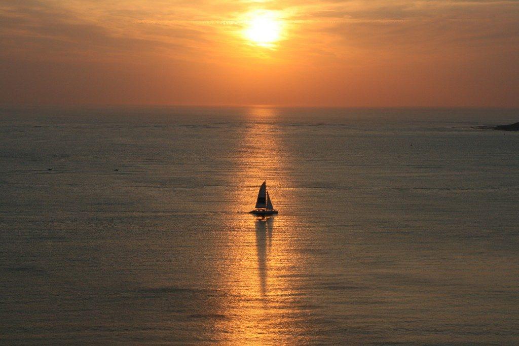 segelboot-im-sonnenuntergang-urlaub-auf-ruegen