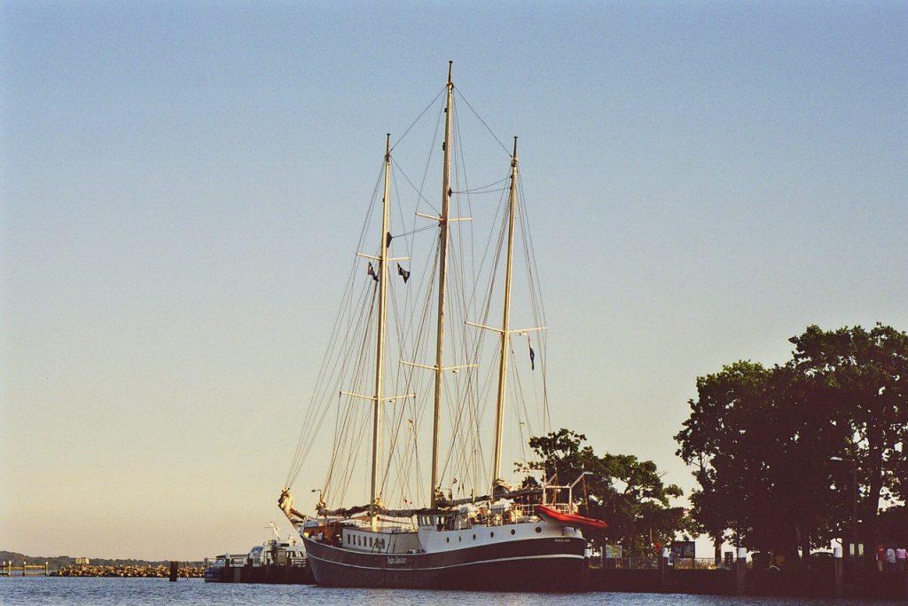 segelschiff-im-hafen-lauterbach